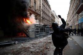Enfrentamientos entre policías y manifestantes en París durante la huelga contra la reforma de las pensiones