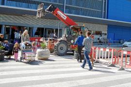 Un aeropuerto a medias da la bienvenida a los turistas