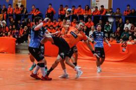 El partido entre el HC Playasol Eivissa y el Mislata, en imágenes (Fotos: Arguiñe Escandón).