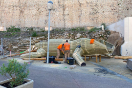 Vila inicia la instalación del nuevo espacio de ocio infantil en la plaza de sa Tarongeta