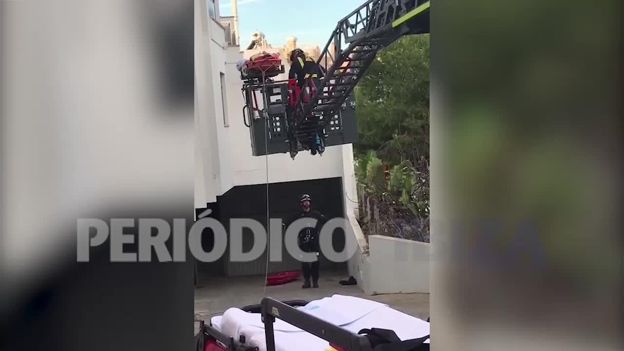 Herido un hombre al precipitarse desde un altura de 4 metros en Ibiza