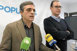 El portavoz del PP de Vila, José Vicente Marí Bosó, junto al portavoz adjunto, Jacobo Varela