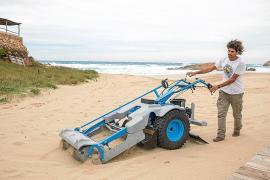 Sant Josep prueba un proyecto piloto para la retirada de microplásticos en las playas