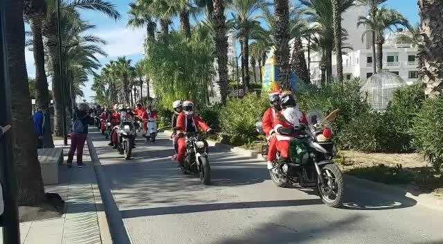 Papá Noel se multiplica y también conduce una moto