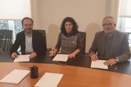 El portavoz de Més per Menorca, Josep Castells, la consellera de Administracions Públiques, Isabel Catro, y el presidente del PI, Jaume Font, han firmado el acuerdo