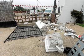 La Policía de Sant Josep busca al conductor que huyó tras tumbar la valla de una casa