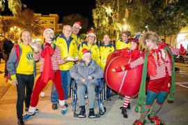 Los taxistas y las personas mayores dan juntos un paseo por la ciudad iluminada