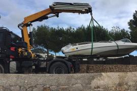 Santa Eulària retira de Talamanca dos barcos varados desde antes de verano