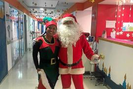 Papá Noel hace un parón en el Hospital Can Misses para felicitar la Navidad