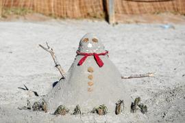 A falta de nieve y frío, muñecos de arena