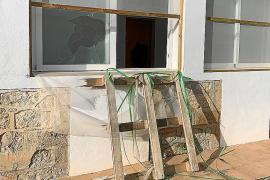 Varias casas de Platja d'en Bossa sufren desperfectos a causa de un supuesto robo