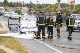 El incendio de un coche en la carretera de Sant Josep, en imágenes (Fotos: Toni P.).