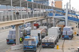 Las grandes superficies de Baleares compensarán con despidos la subida del transporte marítimo