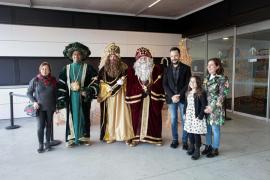 Los Reyes Magos visitan a los niños hospitalizados en Can Misses, en imágenes.