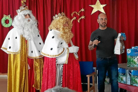 Los Reyes Magos no se olvidan de los más mayores y visitan Cas Serres