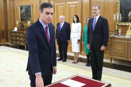 Pedro Sanchez promete su cargo ante el Rey y sobre la Constitución, sin crucifijo ni Biblia