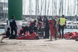 Servicios de emergencia atienden a las 43 personas rescatadas en una patera