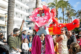 Sant Antoni cambia de década y revive el espíritu hippy