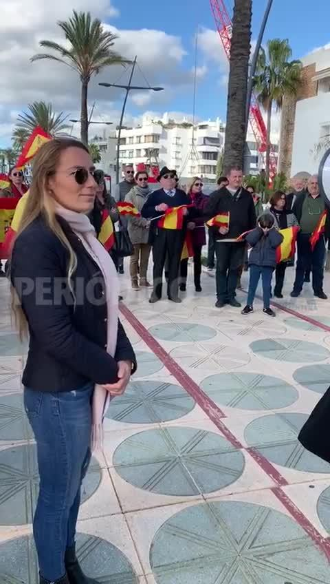 Cerca de un centenar de personas secundan la protesta de VOX en Ibiza