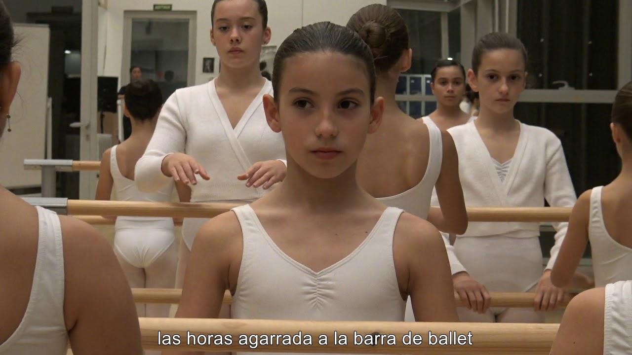 Una niña de ocho años locuta un vídeo sobre su experiencia en el Conservatori