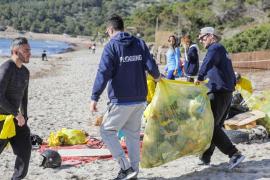 Retiran 1.170 kilos de basura que 'Gloria' expulsó del mar a las playas de Ibiza