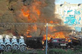 Un aparatoso incendio calcina un camión, una lancha y siete motocicletas en Sant Jordi