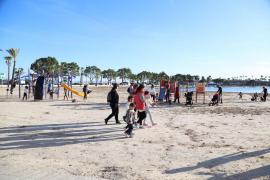 El buen tiempo ha animado a muchos ciudadanos a pasear por la playa