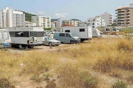 La Policía Local retira 32 vehículos de aparcamientos disuasorios de Ibiza