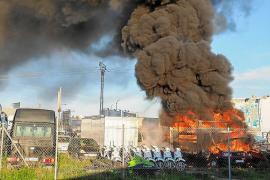 Investigan el incendio que quemó tres camiones, dos barcos y una veintena de motos