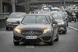 Un coche VTC circulando por Madrid